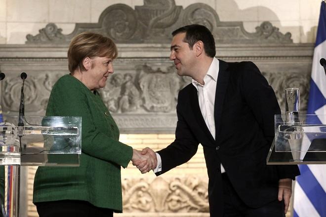 Ο πρωθυπουργός Αλέξης Τσίπρας (Δ) χαιρετάει την Γερμανίδα καγκελάριο Άνγκελα Μέρκελ (Α) μετά τις  δηλώσεις κατά τη συνάντησή τους στο Μέγαρο Μαξίμου, Αθήνα, Πέμπτη 10 Ιανουαρίου 2019. Η Γερμανίδα καγκελάριος φτάνει στην Αθήνα για διήμερη επίσημη επίσκεψη. ΑΠΕ-ΜΠΕ/ΑΠΕ-ΜΠΕ/ΣΥΜΕΛΑ ΠΑΝΤΖΑΡΤΖΗ