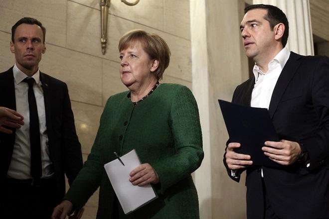 Ο πρωθυπουργός Αλέξης Τσίπρας (Δ) αποχωρεί με την Γερμανίδα καγκελάριο Άνγκελα Μέρκελ (Α) μετά τις  δηλώσεις κατά τη συνάντησή τους στο Μέγαρο Μαξίμου, Αθήνα, Πέμπτη 10 Ιανουαρίου 2019. Η Γερμανίδα καγκελάριος φτάνει στην Αθήνα για διήμερη επίσημη επίσκεψη. ΑΠΕ-ΜΠΕ/ΑΠΕ-ΜΠΕ/ΣΥΜΕΛΑ ΠΑΝΤΖΑΡΤΖΗ