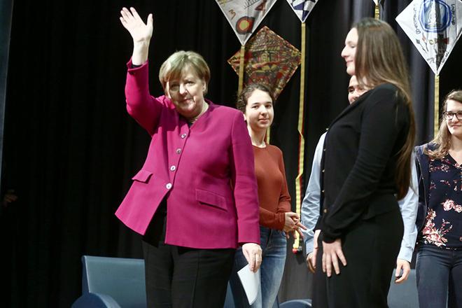 Η Γερμανίδα καγκελάριος Άνγκελα Μέρκελ (Α) αποχαιρετάει τους μαθητές κατά την επίσκεψή της στη Γερμανική Σχολή Αθηνών στο Μαρούσι, Παρασκευή 11 Ιανουαρίου 2019. Η Γερμανίδα καγκελάριος πραγματοποιεί διήμερη επίσημη επίσκεψη στην Αθήνα. ΑΠΕ-ΜΠΕ/ΑΠΕ-ΜΠΕ/ΣΥΜΕΛΑ ΠΑΝΤΖΑΡΤΖΗ