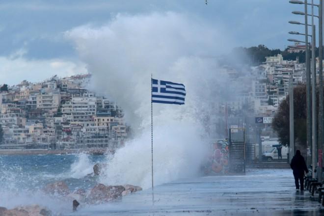 Κύματα κτυπούν την παραλία του Φλοίσβου στο Φάληρο λόγω των δυνατών ανέμων που πνέουν,   Πέμπτη 10 Ιανουαρίου 2019. Ισχυροί νοτιοδυτικοί άνεμοι έπνεαν στον Σαρωνικό με ριπές που έφθαναν τα 8 μποφόρ. ΑΠΕ-ΜΠΕ/ΑΠΕ-ΜΠΕ/Παντελής Σαίτας