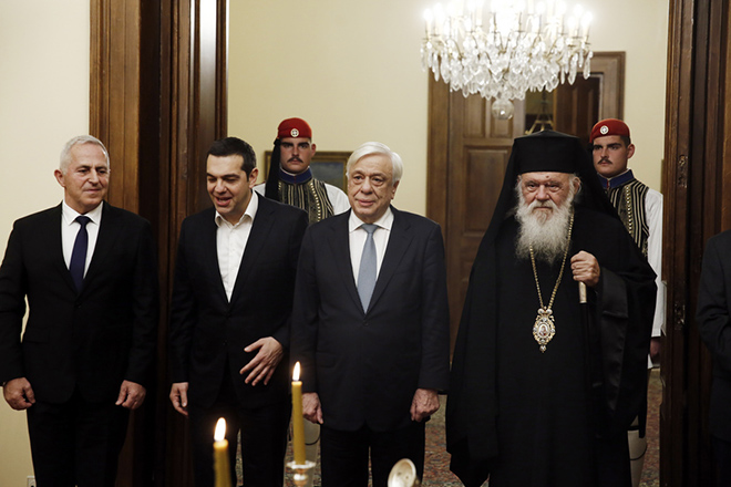 O Πρόεδρος της Δημοκρατίας Προκόπης Παυλόπουλος (2Δ) με τον πρωθυπουργό Αλέξη Τσίπρα (3Δ), τον Mακαριώτατο Αρχιεπίσκοπο Αθηνών και Πάσης Ελλάδος, Ιερώνυμο (Δ), και τον νέο υπουργό Εθνικής Άμυνας Ευάγγελο Αποστολάκη (Α), σε αναμνηστική φωτογραφία μετά το τέλος της τελετή ορκωμοσίας. στο Προεδρικό Μέγαρο, Δευτέρα 14 Ιανουαρίου 2019. ΑΠΕ ΜΠΕ/ΑΠΕ ΜΠΕ/ΑΛΕΞΑΝΔΟΣ ΒΛΑΧΟΣ