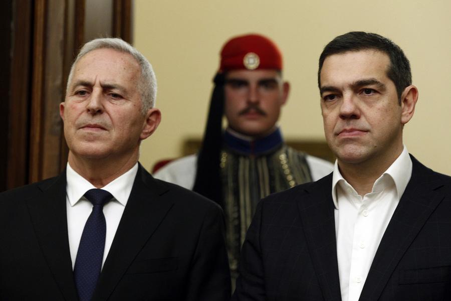 Άναψαν τα αίματα στη βουλή: Σφοδρή κόντρα Μητσοτάκη – Τσίπρα για τον νέο υπουργό Άμυνας, Ευάγγελο Αποστολάκη