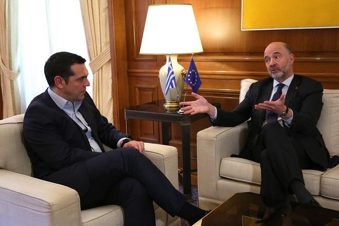 Ο πρωθυπουργός Αλέξης Τσίπρας (Α) συνομιλεί με τον επίτροπο Οικονομικών Υποθέσεων της Ευρωπαϊκής Ένωσης Πιερ Μοσκοβισί (Δ) στη συνάντηση τους στο Μέγαρο Μαξίμου, Αθήνα Τετάρτη 16 Ιανουαρίου 2019.  ΑΠΕ-ΜΠΕ/ΑΠΕ-ΜΠΕ/ΟΡΕΣΤΗΣ ΠΑΝΑΓΙΩΤΟΥ