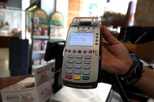 Συσκευή POS σε εμπορικό κατάστημα  στην Αθήνα, την Τρίτη 01 Αυγούστου 2017. Άτυπη παράταση της προθεσμίας, για την υποχρεωτική εγκατάσταση μηχανημάτων υποδοχής χρεωστικών και πιστωτικών καρτών, γνωστών ως POS, δόθηκε από το Υπουργείο Οικονομικών. ΑΠΕ-ΜΠΕ/ΑΠΕ-ΜΠΕ/ΣΥΜΕΛΑ ΠΑΝΤΖΑΡΤΖΗ