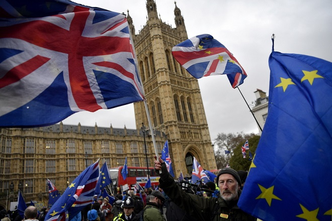 epa07287174 Anti-Brexit protesters demonstrate outside the houses of parliament in London, Britain, 15 January 2019. Parliamentarians are voting on the postponed Brexit EU Withdrawal Agreement, commonly known as The Meaningful Vote, deciding on Britain's future relationship with the European Union.  EPA/NEIL HALL