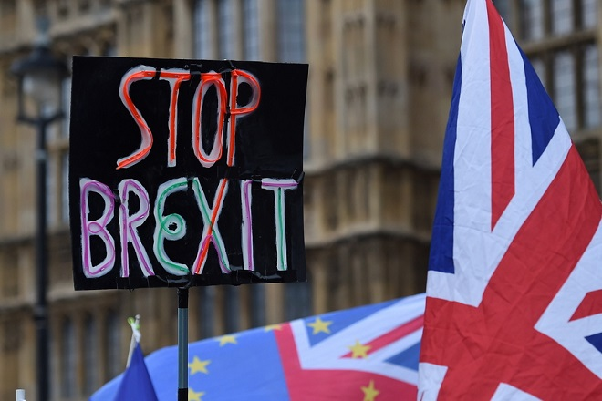 epa07286920 Pro EU protesters demonstrate outside of the Parliament in London, Britain, 15 January 2019. Parliamentarians are voting on the postponed Brexit EU Withdrawal Agreement, commonly known as The Meaningful Vote, deciding on Britain's future relationship with the European Union.  EPA/ANDY RAIN
