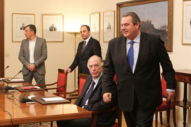 Ο πρόεδρος  της ΝΔ Γιάννης Πλακιωτάκης (2Α), ο επικεφαλής του Ποταμιού Σταύρος Θεοδωράκης (Α) ο πρόεδρος των ΑΝΕΛ Πάνος Καμμένος (Δ) και ο πρόεδρος της Ένωσης Κεντρώων Βασίλης Λεβέντης (2Δ), συνομιλούν πριν ξεκινήσει η Σύσκεψη των Πολιτικών Αρχηγών υπό τον Πρόεδρο της Δημοκρατίας,  το Σάββατο 28 Νοεμβρίου 2015, στο Προεδρικό Μέγαρο. Ο πρωθυπουργός   ζήτησε από τον Πρόεδρο της Δημοκρατίας να συγκληθεί Σύσκεψη Πολιτικών Αρχηγών προκειμένου να υπάρξει ενημέρωση σε σχέση με το προσφυγικό, ενόψει της Συνόδου ΕΕ-Τουρκίας, καθώς και να προσδιοριστεί από κοινού διαδικασία εθνικού διαλόγου σχετικά με το ασφαλιστικό και τη συνταγματική αναθεώρηση.  ΑΠΕ-ΜΠΕ/ΑΠΕ-ΜΠΕ/Παντελής Σαΐτας