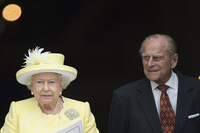 epa06326378 (FILE) - Britain's Queen Elizabeth II (L) and Prince Philip, The Duke of Edinburg, leave St. Paul's Cathedral in London, Britain, 10 June 2016, after attending the National Service of Thanksgiving to mark her 90th birthday (reissued 13 November 2017). The royal couple will celebrate their 70th wedding anniversary on 20 November 2017.  EPA/FACUNDO ARRIZABALAGA *** Local Caption *** 52813761