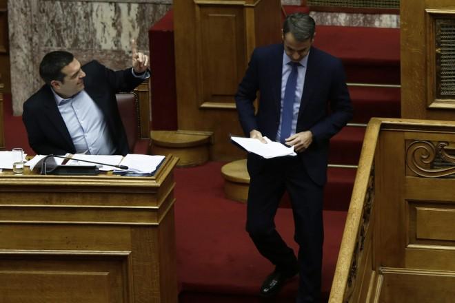 Ο πρόεδρος της Νέας Δημοκρατίας Κυριάκος Μητσοτάκης (Δ) κατεβαίνει από το βήμα της Ολομέλειας της Βουλής ενώ ο πρωθυπουργός Αλέξης Τσίπρας ζητάει το λόγο, στη συζήτηση και ψήφιση επί της αρχής, των άρθρων και του συνόλου του σχεδίου νόμου του Υπουργείου Εργασίας, Κοινωνικής Ασφάλισης και Κοινωνικής Αλληλεγγύης και του Υπουργείου Οικονομικών «Κατάργηση των διατάξεων περί μείωσης των συντάξεων και άλλες διατάξεις», Τρίτη 11 Δεκεμβρίου 2018. ΑΠΕ-ΜΠΕ/ΑΠΕ-ΜΠΕ/ΑΛΕΞΑΝΔΡΟΣ ΒΛΑΧΟΣ
