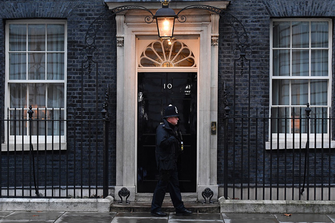 epa07292160 A policeman patrols outside No. 10 Downing Street in London, Britain, 17 January 2019.  British Prime Minister Theresa May is holding talks with the cabinet and party leaders over Brexit.  EPA/ANDY RAIN