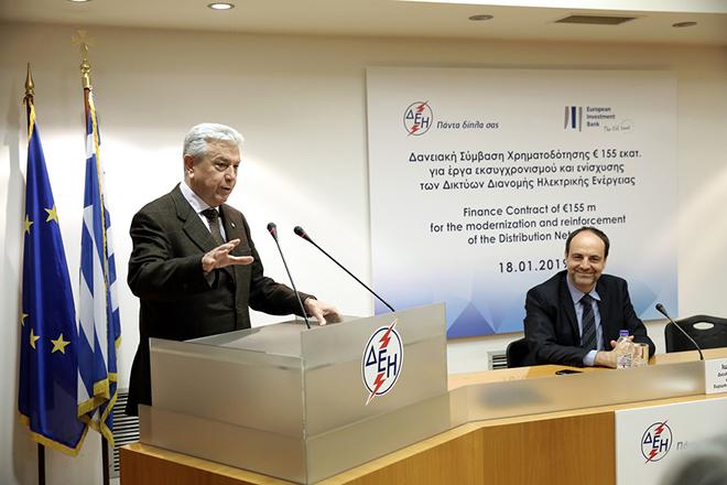 Ο πρόεδρος και διευθύνων σύμβουλος της ΔΕΗ Εμμανουήλ Παναγιωτάκης (Α) μιλάει δίπλα στον Ιωάννη Καλτσά (Δ), διευθυντή χρηματοδοτήσεων της ΕΤΕπ για Ελλάδα και Κύπρο κατά την υπογραφή δανειακής σύμβασςη 155 εκατ. μεταξύ ΔΕΗ και Ευρωπαϊκής Τράπεζας Επενδύσεων για τον εκσυγχρονισμό των δικτύων διανομής, στα γραφεία της ΔΕΗ, Αθήνα, Παρασκευή 18 Ιανουαρίου 2019. ΑΠΕ-ΜΠΕ/ΑΠΕ-ΜΠΕ/ΣΥΜΕΛΑ ΠΑΝΤΖΑΡΤΖΗ