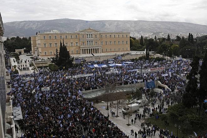 Κόσμος από όλη την Ελλάδα, κρατώντας ελληνικές σημαίες, συμμετέχει σε συλλαλητήριο ενάντια στη Συμφωνία των Πρεσπών, στο Σύνταγμα, Αθήνα, Κυριακή 20 Ιανουαρίου 2019. Η συμφωνία κατατέθηκε από την κυβέρνηση προς ψήφιση το πρωί του Σαββάτου στη Βουλή. Το συλλαλητήριο διοργάνωσαν οι Παμμακεδονικές Ενώσεις Υφηλίου, η Πανελλήνια Ομοσπονδία Πολιτιστικών Συλλόγων Μακεδόνων, ο Φορέας Ανένδοτου Αγώνα για τη Μακεδονία και τη Δημοκρατία και η Παμμακεδονική ΗΠΑ. Η συμφωνία των Πρεσπών είναι μία διακρατική συμφωνία ανάμεσα στις κυβερνήσεις της Ελληνικής Δημοκρατίας και της πρώην Γιουγκοσλαβικής Δημοκρατίας της Μακεδονίας με σκοπό την επίλυση του ζητήματος της ονομασίας της Π.Γ.Δ.Μ. ΑΠΕ-ΜΠΕ/ ΑΠΕ-ΜΠΕ/ ΓΙΑΝΝΗΣ ΚΟΛΕΣΙΔΗΣ