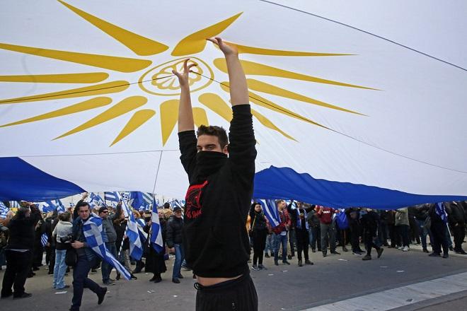 Κόσμος από όλη την Ελλάδα, κρατώντας ελληνικές σημαίες, συμμετέχει σε συλλαλητήριο ενάντια στη Συμφωνία των Πρεσπών, στο Σύνταγμα, Αθήνα, Κυριακή 20 Ιανουαρίου 2019. Η συμφωνία κατατέθηκε από την κυβέρνηση προς ψήφιση το πρωί του Σαββάτου στη Βουλή. Το συλλαλητήριο διοργάνωσαν οι Παμμακεδονικές Ενώσεις Υφηλίου, η Πανελλήνια Ομοσπονδία Πολιτιστικών Συλλόγων Μακεδόνων, ο Φορέας Ανένδοτου Αγώνα για τη Μακεδονία και τη Δημοκρατία και η Παμμακεδονική ΗΠΑ. Η Συμφωνία των Πρεσπών είναι μία διακρατική συμφωνία ανάμεσα στις κυβερνήσεις της Ελληνικής Δημοκρατίας και της πρώην Γιουγκοσλαβικής Δημοκρατίας της Μακεδονίας με σκοπό την επίλυση του ζητήματος της ονομασίας της Π.Γ.Δ.Μ. ΑΠΕ-ΜΠΕ/ ΑΠΕ-ΜΠΕ/ ΟΡΕΣΤΗΣ ΠΑΝΑΓΙΩΤΟΥ