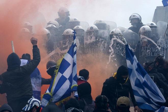Επεισόδια σημειώθηκαν μεταξύ αστυνομικών και διαδηλωτών σε συλλαλητήριο ενάντια στη Συμφωνία των Πρεσπών, έξω από το κτίριο της Βουλής στο Σύνταγμα, Αθήνα, Κυριακή 20 Ιανουαρίου 2019. Η συμφωνία κατατέθηκε από την κυβέρνηση προς ψήφιση το πρωί του Σαββάτου στη Βουλή. Το συλλαλητήριο διοργάνωσαν οι Παμμακεδονικές Ενώσεις Υφηλίου, η Πανελλήνια Ομοσπονδία Πολιτιστικών Συλλόγων Μακεδόνων, ο Φορέας Ανένδοτου Αγώνα για τη Μακεδονία και τη Δημοκρατία και η Παμμακεδονική ΗΠΑ. Η Συμφωνία των Πρεσπών είναι μία διακρατική συμφωνία ανάμεσα στις κυβερνήσεις της Ελληνικής Δημοκρατίας και της πρώην Γιουγκοσλαβικής Δημοκρατίας της Μακεδονίας με σκοπό την επίλυση του ζητήματος της ονομασίας της Π.Γ.Δ.Μ. ΑΠΕ-ΜΠΕ/ ΑΠΕ-ΜΠΕ/ ΟΡΕΣΤΗΣ ΠΑΝΑΓΙΩΤΟΥ