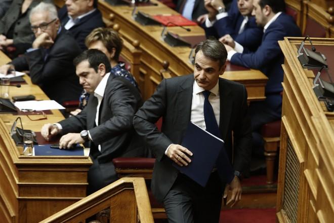 """Ο πρόεδρος της ΝΔ Κυριάκος Μητσοτάκης προσέρχεται στο βήμα για να απευθύνει επίκαιρη ερώτηση για την ανομία στα Πανεπιστήμια, στην"""" Ώρα του πρωθυπουργού """", στην αίθουσα της Ολομέλειας της Βουλής, Παρασκευή 23 Νοεμβρίου 2018. ΑΠΕ-ΜΠΕ/ΑΠΕ-ΜΠΕ/ΑΛΕΞΑΝΔΡΟΣ ΒΛΑΧΟΣ"""
