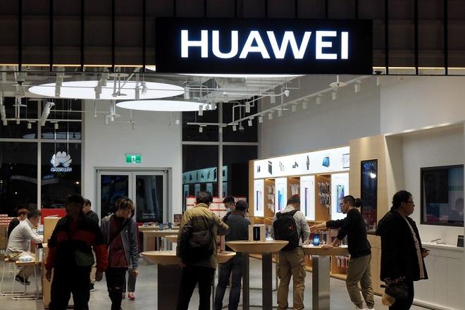 O Τραμπ δίνει το τελικό «χτύπημα» στη Huawei