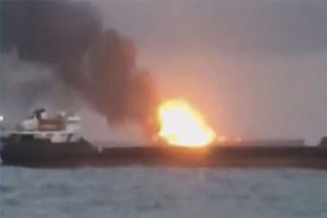 Στις φλόγες δύο πλοία στα στενά του Κερτς στη θαλάσσια περιοχή της Κριμαίας – Τουλάχιστον δέκα νεκροί