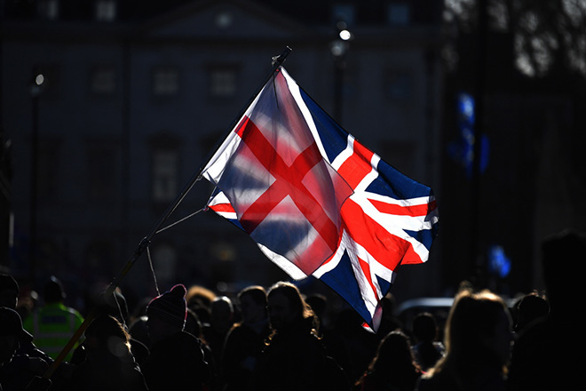 epaselect epa07293886 A union flag flutters by the houses of parliament in Westminster in London, Britain, 17 January 2019. British Prime Minister Theresa May is holding talks with cabinet and party leaders over Brexit.  EPA/NEIL HALL