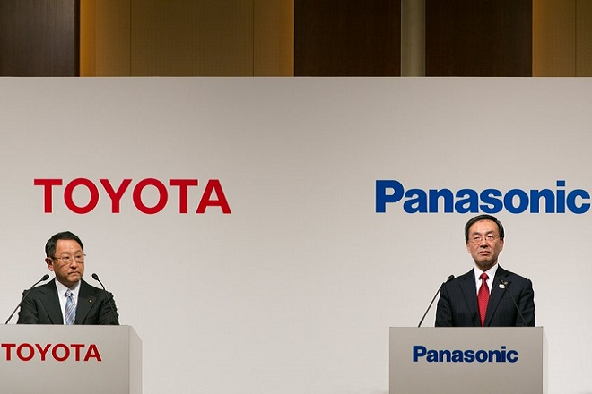 epa06386336 Toyota Motor Corporation President Akio Toyoda (L) and Panasonic Corporation President Kazuhiro Tsuga (R) attend a press conference in Tokyo, Japan, 13 December 2017. Both companies announced their partnership in the development of EV batteries as they recognize the importance of innovation in battery performance, safety and price.  EPA/CHRISTOPHER JUE