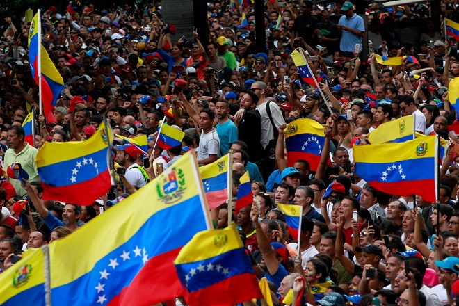 Στην κόψη του ξυραφιού η Βενεζουέλα: Διχασμένη η διεθνής κοινότητα για τις εξελίξεις στη χώρα