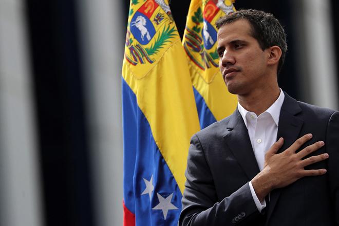 Ο Γκουαϊδό «σφίγγει» τον οικονομικό κλοιό γύρω από τον Μαδούρο