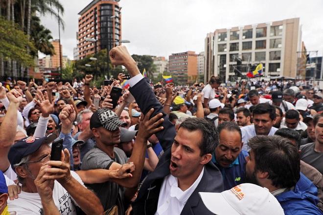 Ο Χουάν Γκουαϊδό επιστρέφει στη Βενεζουέλα και καλεί σε διαδηλώσεις