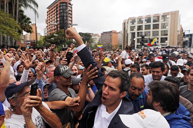 Βενεζουέλα: Αυξάνεται η πίεση στον Μαδούρο να παραιτηθεί – Έρευνα για τη χρήση βίας ζητά ο ΟΗΕ