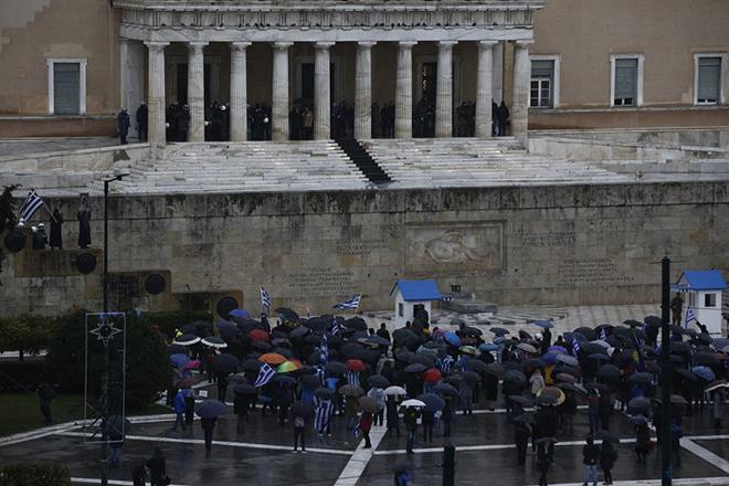 Διαδηλωτές παίρνουν μέρος σε διαμαρτυρία ενάντια στη Συμφωνία των Πρεσπών, ενώ στην Ολομέλεια της Βουλής διεξάγεται συζήτηση με θέμα: Κύρωση της Τελικής Συμφωνίας για την Επίλυση των Διαφορών οι οποίες περιγράφονται στις Αποφάσεις του Συμβουλίου Ασφαλείας των Ηνωμένων Εθνών 817 (1993) και 845 (1993), τη Λήξη της Ενδιάμεσης Συμφωνίας του 1995 και την Εδραίωση Στρατηγικής Εταιρικής Σχέσης μεταξύ των Μερώv, Παρασκευή 25 Ιανουαρίου 2019.    ΑΠΕ-ΜΠΕ/ΑΠΕ-ΜΠΕ/ΓΙΑΝΝΗΣ ΚΟΛΕΣΙΔΗΣ