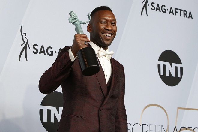 epa07326753 Mahershala Ali poses with the SAG Award for Outstanding Performance by a Male Actor in a Supporting Role in 'Green Book' during the 25th annual Screen Actors Guild Awards ceremony at the Shrine Auditorium in Los Angeles, California, USA, 27 January 2019.  EPA/NINA PROMMER