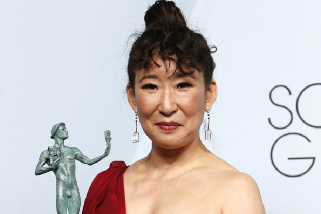 epa07326866 Sandra Oh poses with the SAG Award for Outstanding Performance by a Female Actor in a Drama Series in 'Killing Eve' during the 25th annual Screen Actors Guild Awards ceremony at the Shrine Auditorium in Los Angeles, California, USA, 27 January 2019.  EPA/NINA PROMMER