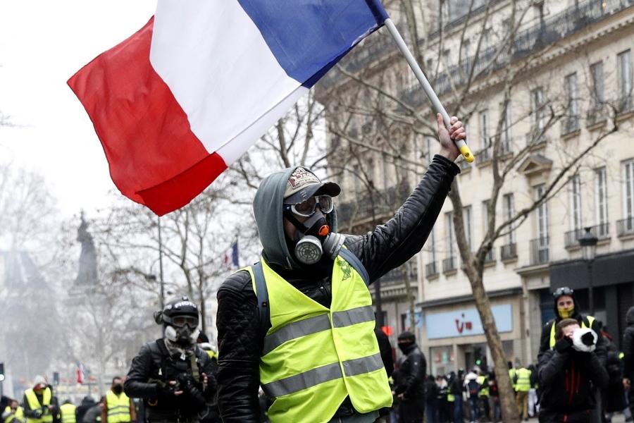 Χιλιάδες «κίτρινα γιλέκα» στους δρόμους της Γαλλίας (Φωτογραφίες)
