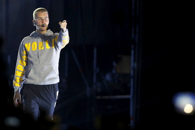 epa05866976 Canadian singer Justin Bieber performs on stage during a concert at the National Stadium in Santiago, Chile, 23 March 2017.  EPA/LUCAS GALVEZ