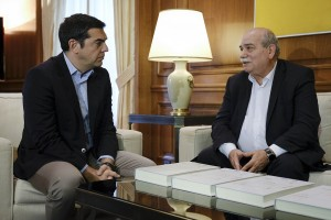 (Ξένη Δημοσίευση)  Ο πρωθυπουργός, Αλέξης Τσίπρας (Α) συνομιλεί με τον πρόεδρο της Βουλής Νίκο Βούτση (Δ) κατά τη διάρκεια της συνάντησής τους, την Τετάρτη 24 Οκτωβρίου 2018,  στο γραφείο του στο Μέγαρο Μαξίμου.  Ο πρόεδρος της Βουλής παρέδωσε στον πρωθυπουργό τους τέσσερις πρώτους τόμους του Φακέλου της Κύπρου. ΑΠΕ-ΜΠΕ/ΓΡΑΦΕΙΟ ΤΥΠΟΥ ΠΡΩΘΥΠΟΥΡΓΟΥ/Andrea Bonetti