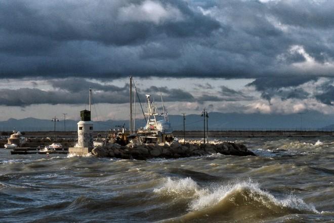 Τα κύματα κτυπούν στην προβλήτα από την κακοκαιρία, δημιουργώντας προβλήματα στο λιμάνι της Κορίνθου, ενώ με δυσκολία εκτελούνται τα δρομολόγια, την Πέμπτη 29 Νοεμβρίου 2018. Προβλήματα στις ακτοπλοϊκές συγκοινωνίες εξαιτίας των ισχυρών ανέμων που κατά τόπους στο Αιγαίο φτάνουν έως και τα 9 μποφόρ. ΑΠΕ ΜΠΕ/ΑΠΕ ΜΠΕ/ΒΑΣΙΛΗΣ ΨΩΜΑΣ