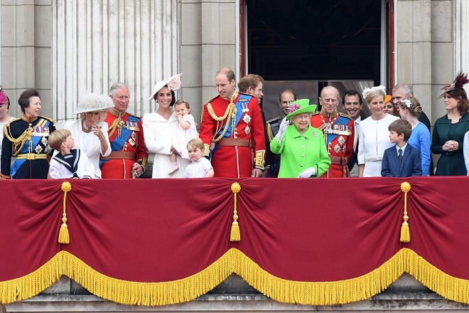 epa05356908 Britain's Queen Elizabeth II (6-R) surrounded by members of the British royal family waves from the balcony of Buckingham Palace during the Trooping of the Color Queen's 90th birthday parade in London, Britain, 11 June 2016. The annual Queen's Birthday Parade is more popularly known as Trooping the Color, when the Queen's Color is 'Trooped' in front of Her Majesty and all the Royal Colonels.  EPA/FACUNDO ARRIZABALAGA
