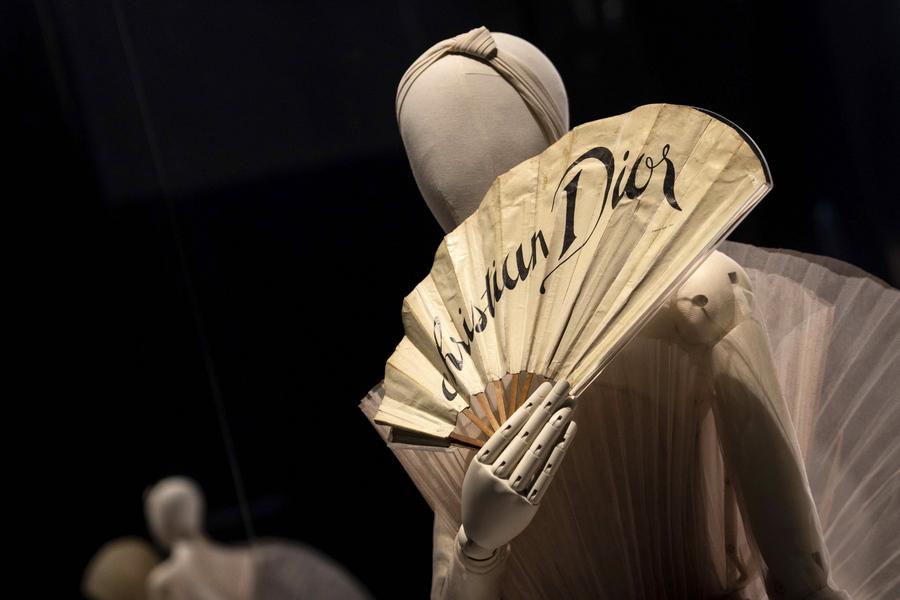 Dior: «Ο μόδιστρος του ονείρου» σε μια κορυφαία έκθεση μόδας στο Λονδίνο (Φωτογραφίες- Βίντεο)