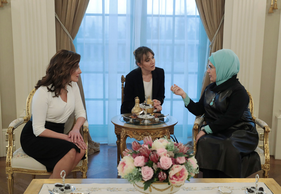 (Ξένη Δημοσίευση)  Η σύζυγος του Προέδρου της Τουρκικής Δημοκρατίας, Εμινέ Ερντογάν (Δ) συνομιλεί με τη σύζυγο του πρωθυπουργού, Μπέττυ Μπαζιάνα (Α) κατά τη διάρκεια της συνάντησής τους, την Τρίτη 5 Φεβρουαρίου 2019,  στην προεδρική κατοικία στην Άγκυρα. Ο Αλέξης Τσίπρας πραγματοποιεί διήμερη επίσκεψη στην Τουρκία και είναι ο πρώτος Έλληνας πρωθυπουργός που αύριο θα επισκεφθεί επισήμως τη Θεολογική Σχολή της Χάλκης, ενώ νωρίτερα θα ξεναγηθεί στην Αγία Σοφία.   ΑΠΕ-ΜΠΕ/ΓΡΑΦΕΙΟ ΤΥΠΟΥ ΠΡΩΘΥΠΟΥΡΓΟΥ/STR