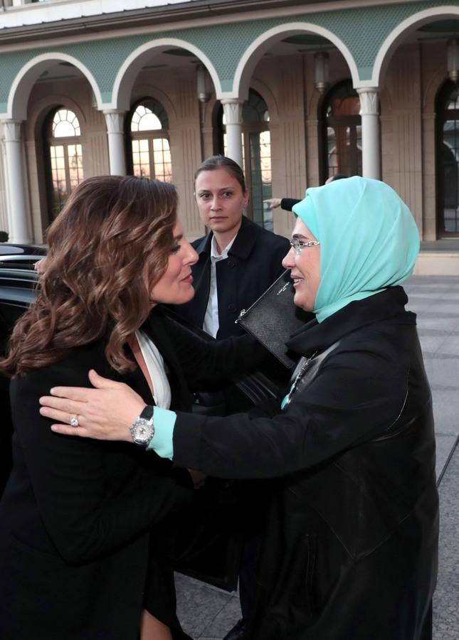 (Ξένη Δημοσίευση)  Η σύζυγος του Προέδρου της Τουρκικής Δημοκρατίας, Εμινέ Ερντογάν (Δ) υποδέχεται τη σύζυγο του πρωθυπουργού, Μπέττυ Μπαζιάνα (Α) κατά τη διάρκεια της συνάντησής τους, την Τρίτη 5 Φεβρουαρίου 2019,  στην προεδρική κατοικία στην Άγκυρα. Ο Αλέξης Τσίπρας πραγματοποιεί διήμερη επίσκεψη στην Τουρκία και είναι ο πρώτος Έλληνας πρωθυπουργός που αύριο θα επισκεφθεί επισήμως τη Θεολογική Σχολή της Χάλκης, ενώ νωρίτερα θα ξεναγηθεί στην Αγία Σοφία.   ΑΠΕ-ΜΠΕ/ΓΡΑΦΕΙΟ ΤΥΠΟΥ ΠΡΩΘΥΠΟΥΡΓΟΥ/STR