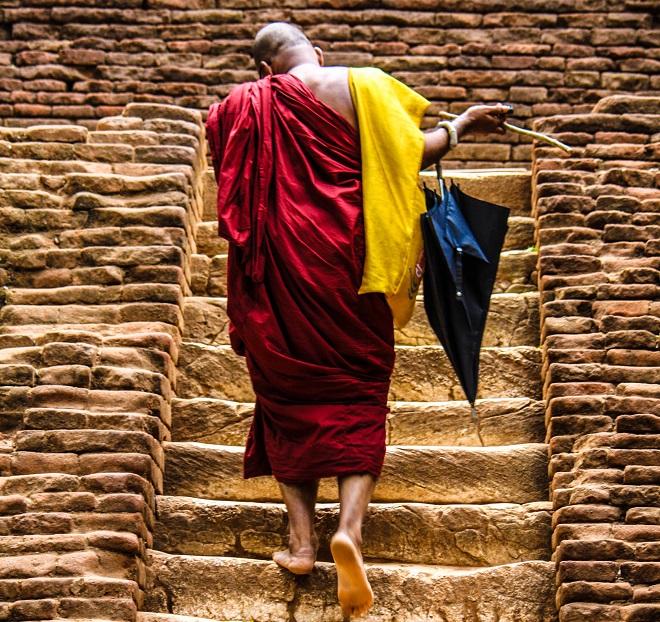Μοναχός ανεβαίνει τα σκαλοπάτια του βράχου Sigiriya στη Sri Lanka, μνημείου πολιτιστικής κληρονομιάς της UNESCO. © Charalambos Vlachopoulos