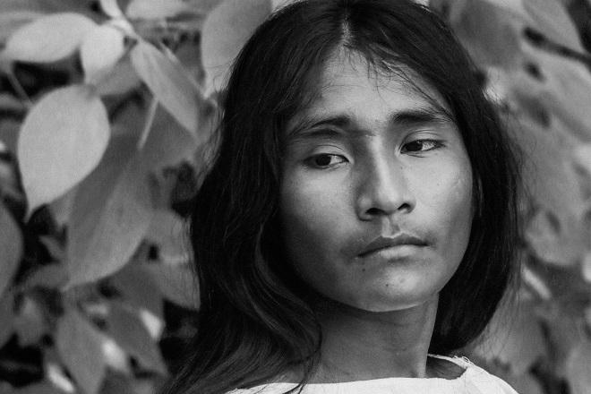 Ζήτησα σε αυτόν το νέο άνδρα της φυλής Wiwa στη ζούγκλα της Κολομβίας να μου ποζάρει και το έκανε πρόθυμα. Τη φυσική ευγένεια και συστολή της φυσιογνωμίας του θα ζήλευαν πολλοί αναγεννησιακοί καλλιτέχνες. © Charalambos Vlachopoulos