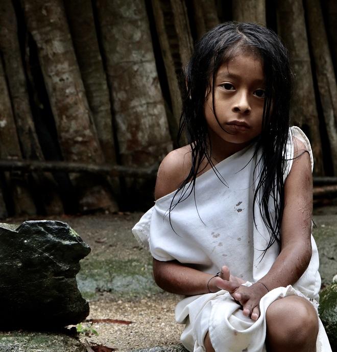 Αγόρι της φυλής Kogi στη ζούγκλα της Sierra Nevada Κολομβίας. Οι πληθυσμοί αυτοί ντυμένοι στα λευκά ζουν με αναλλοίωτο τρόπο επί αιώνες απομονωμένοι στα βάθη της ζούγκλας όπου κατέφυγαν για να γλιτώσουν από την εξολοθρευτική μανία των Ισπανών κονκισταδόρες. © Charalambos Vlachopoulos