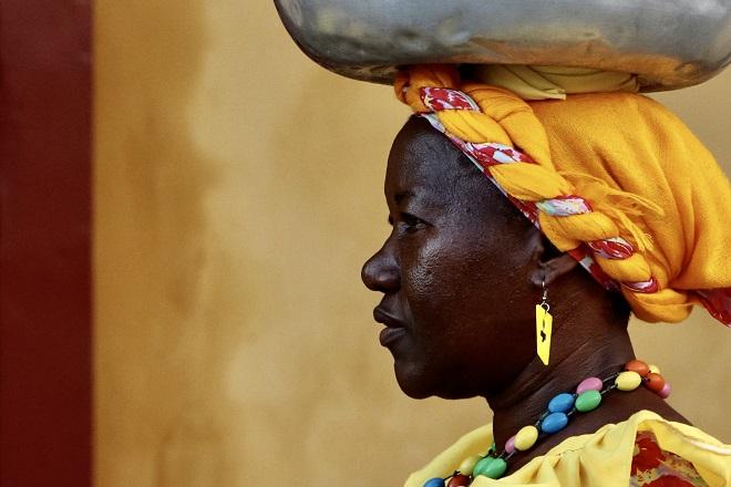 Υπαίθρια πωλήτρια της πόλης Cartagena στην Κολομβία. Χαρακτηριστικές για τις πολύχρωμες ενδυμασίες τους ονομάζονται Palenqueras γιατί προέρχονται από το χωριό Palenque, κάποτε καταφύγιο των επαναστατημένων σκλάβων από την Αφρική. © Charalambos Vlachopoulos