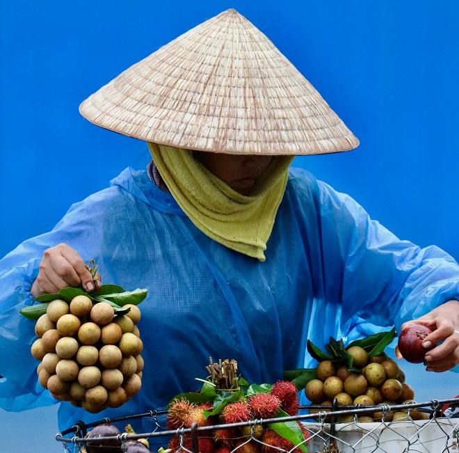Πωλήτρια φρούτων στη  Ho-Chi-Minh, άλλοτε Saigon, στο Βιετνάμ. © Charalambos Vlachopoulos