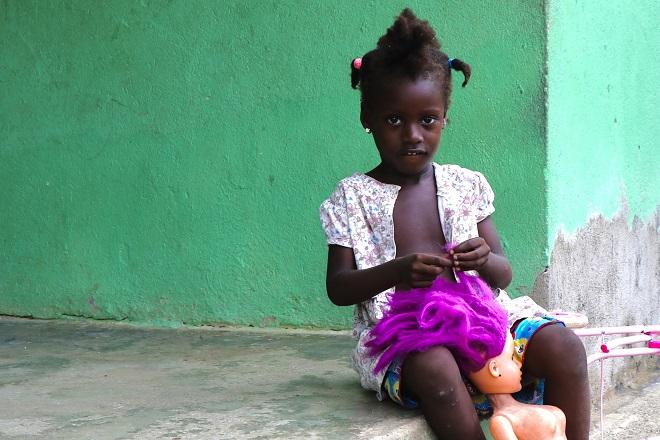 Παιδικό «κομμωτήριο» στην Κολομβία. Στα παιδιά και τον κόσμο τους οι φυλετικές διακρίσεις είναι άγνωστες. © Charalambos Vlachopoulos