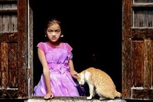 Κορίτσι με τη γάτα του στην λιμνούπολη της Inle Lake στη Myanmar. Το φόρεμα της «πριγκίπισσας» ήταν σε αντίθεση με το φτωχικό περιβάλλον. Τα παιδιά μπορούν να μεταμορφωθούν σε οτιδήποτε, οπουδήποτε. © Charalambos Vlachopoulos
