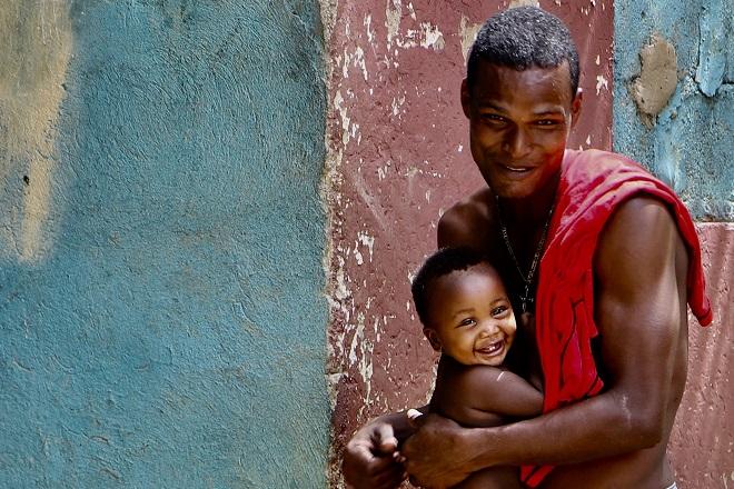 Ευτυχισμένοι. Πατέρας με το γιό του στο χωριό Palenque της Κολομβίας. © Charalambos Vlachopoulos