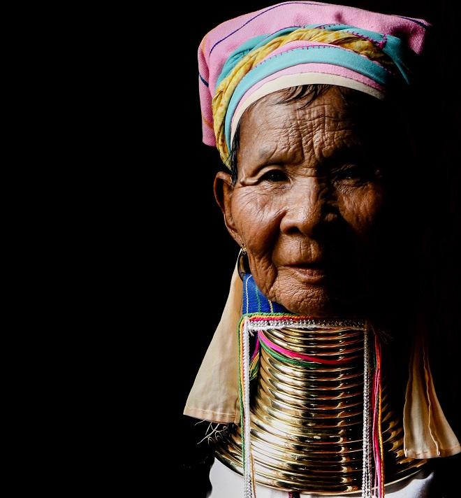 Γυναίκα της φυλής Kayan στη Myanmar. Οι δακτύλιοι που φορούν γύρω από το λαιμό, και τους οποίους δεν αποχωρίζονται ποτέ, μπορούν να φτάσουν μέχρι 10 κιλά! Κατά μια εκδοχή, είναι η σύνδεσή τους με μυθικά πρόσωπα της γενεαλογίας τους. Η περηφάνια είναι έκδηλη στην έκφρασή της. © Charalambos Vlachopoulos
