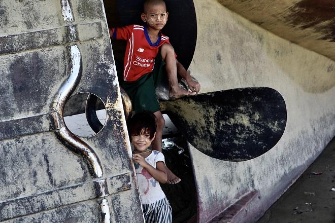 Στην προπέλα ενός αποσυρμένου πλοίου. Για τα παιδιά, παιχνιδότοπος μπορούν να είναι τα πάντα. © Charalambos Vlachopoulos