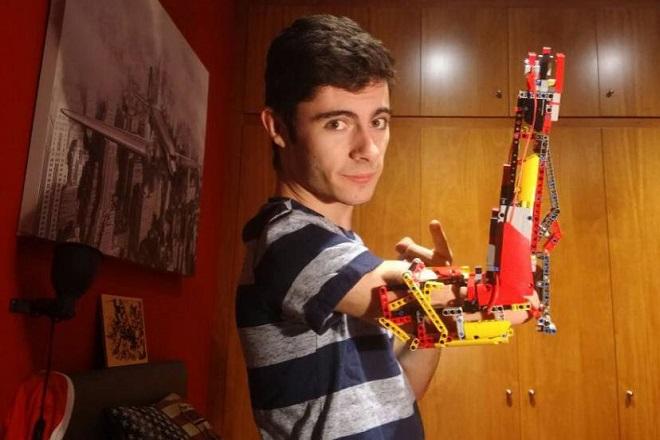 Έφηβος κατασκεύασε το προσθετικό του χέρι με… τουβλάκια Lego (Βίντεο)