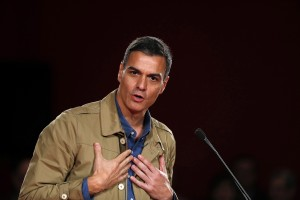 epa07355083 Spanish Prime Minister Pedro Sanchez delivers a speech during an event to present Alfredo Retortillo, as Spanish Socialist Party's candidate for Barakaldo's Mayor, in the town of Barakaldo, Basque Country, northern Spain, 09 February 2019.  EPA/LUIS TEJIDO